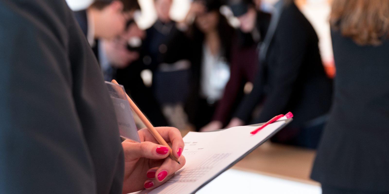 Personalerin beobachtet Teilnehmer in einem Assessment-Center