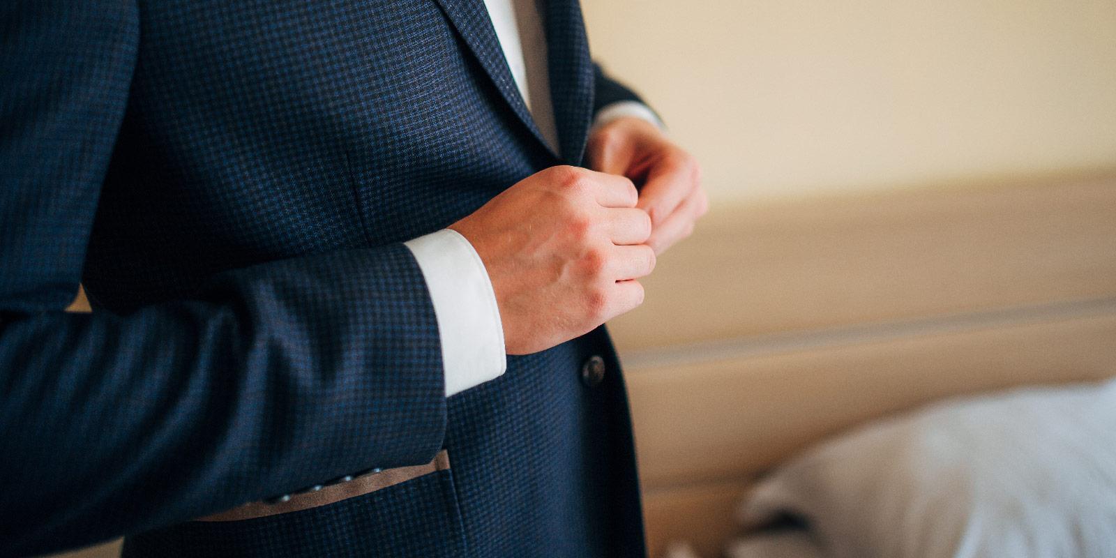 621295bc2eb3a7 Business-Mann will Kleidungssünden vermeiden. Dresscode