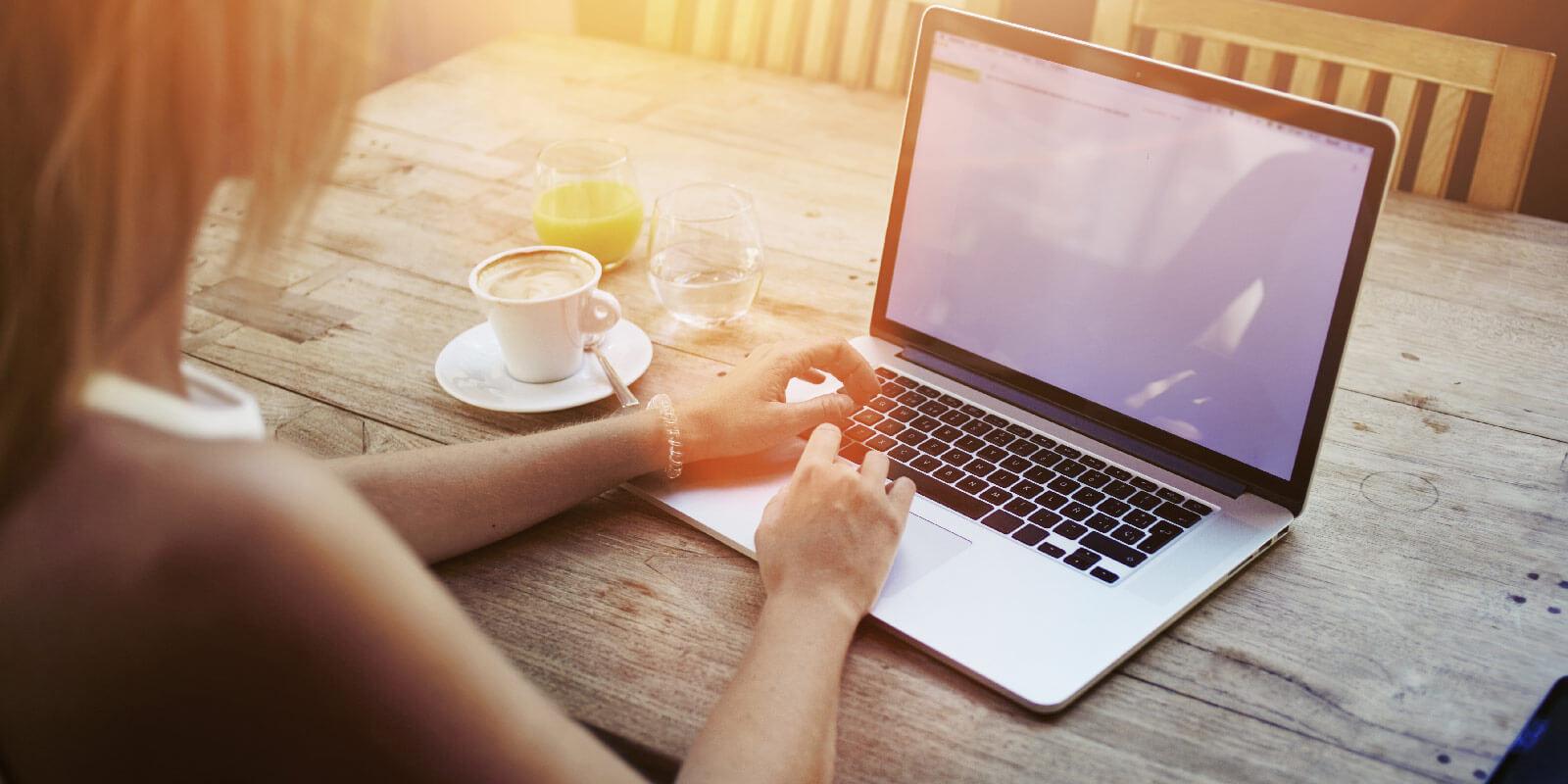 Startseite · Magazin · Bewerbung; Praktikum. Eine Praktikumsbewerbung wird  am Laptop erstellt
