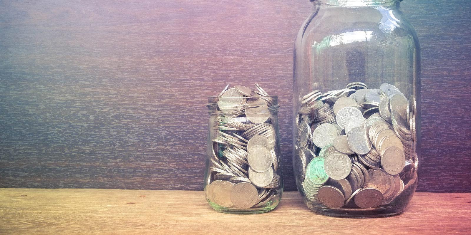 Münzen in einem Glas: Kommt durchs Praktikum Geld zusammen?